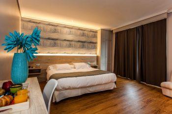 hospedium-hotel-la-marina-cee-habitacion-matrimonio